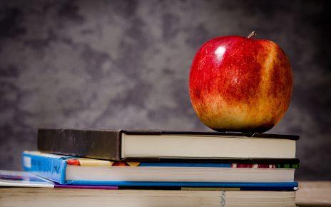 Jabłko i książki na biurku