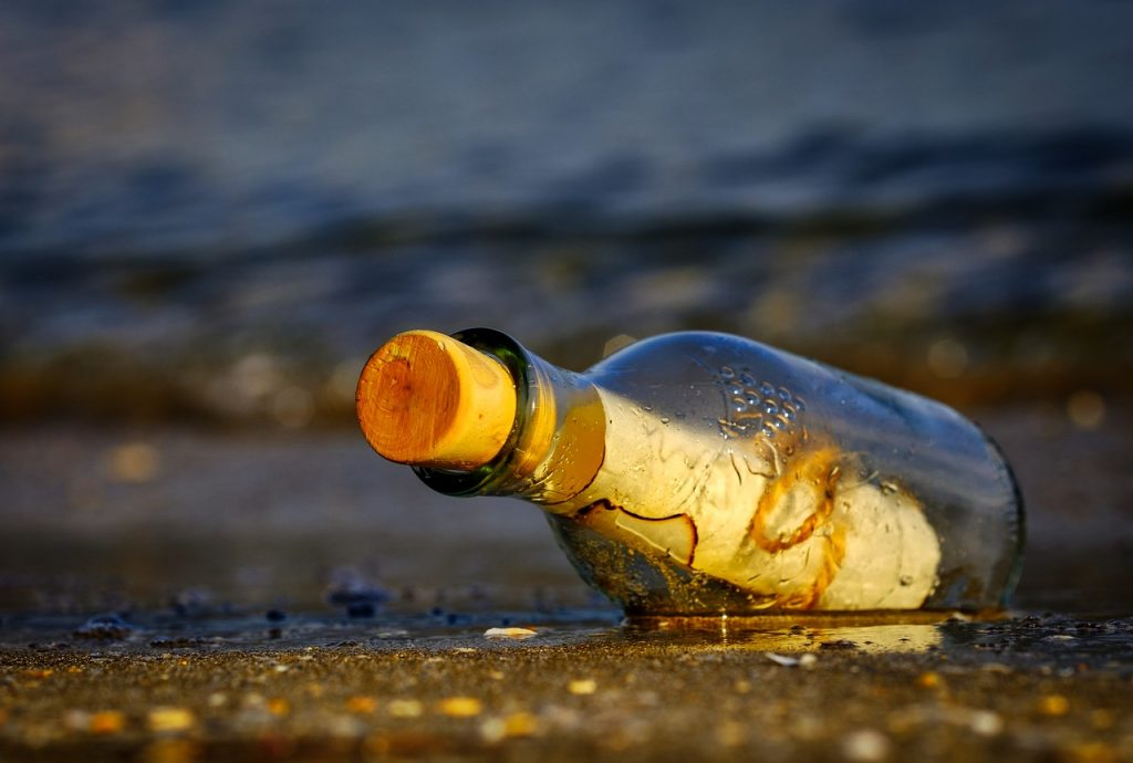 List w butelce na brzegu morza