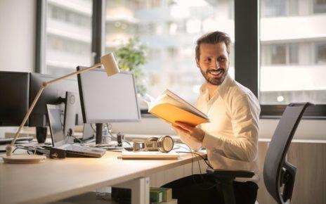 Mężczyzna w wynajętym biurze