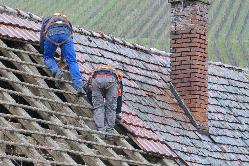 Pracownicy budowlani na dachu