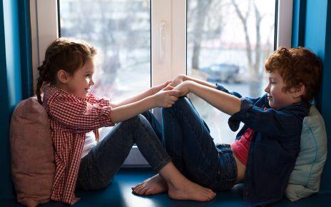 Dzieci przy oknie plastikowym