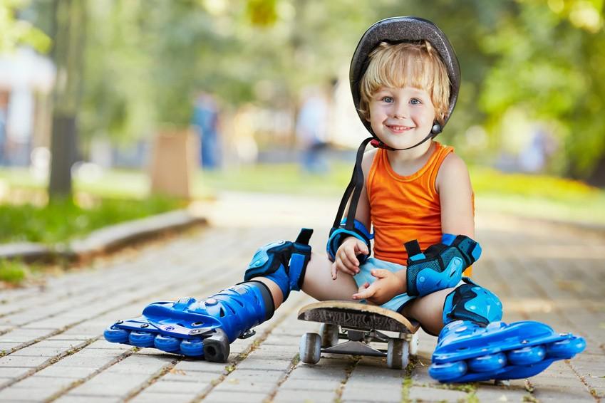 Dziecko w rolkach i ochraniaczach