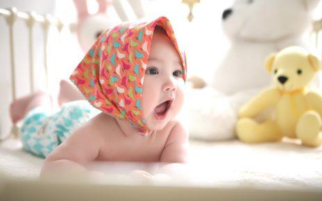 Dziecko leży na materacu