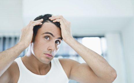 Mężczyzna stosujący szampon na siwe włosy