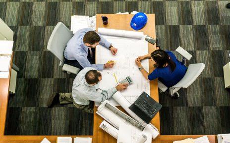 Studenci architektury przy projekcie