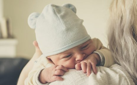 Kobieta z niemowlakiem karmionym piersią