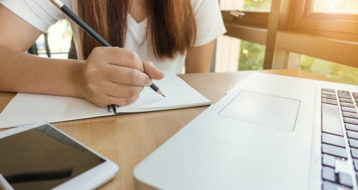 Kobieta uczy się w Akademii Finansów i Biznesu Vistula