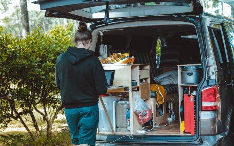 Kobieta pakująca rzeczy do samochodu