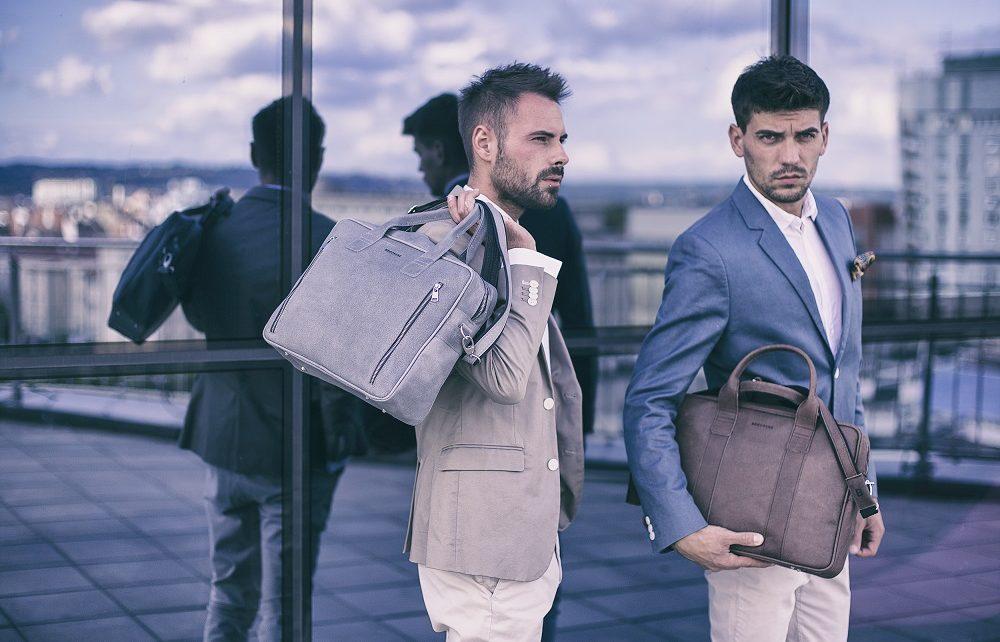 Mężczyźni z torbami na ramię