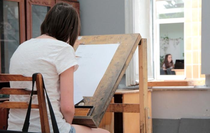 Kobieta rysująca obraz