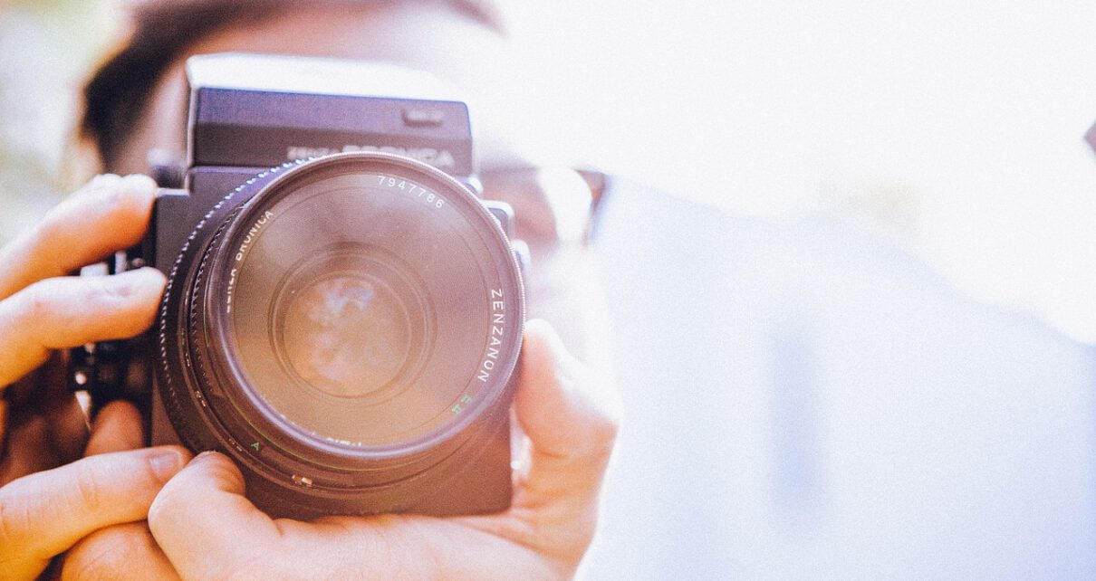 mężczyzna robiący zdjęcia hobbistycznie