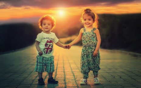 dwoje dzieci trzymających się za dłonie