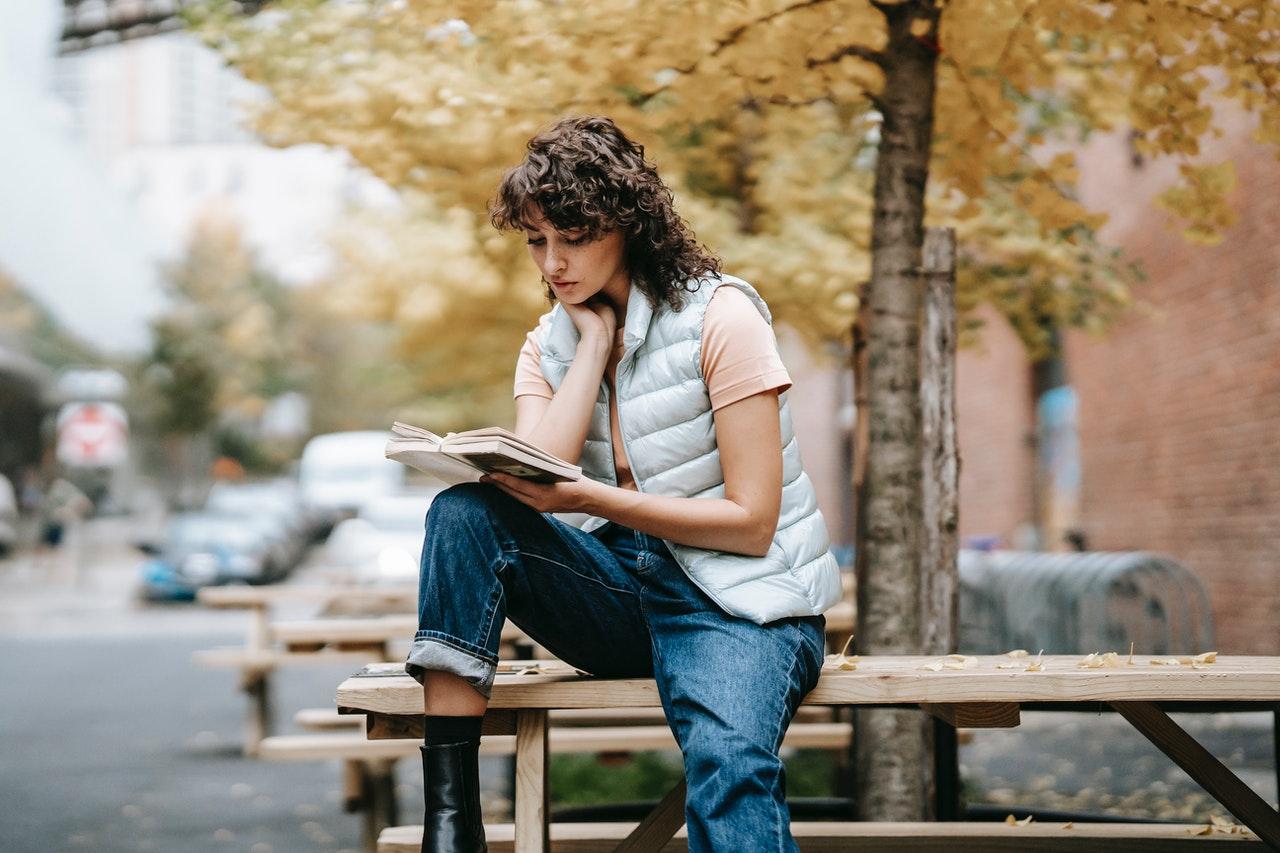 Kobieta w jasnej koszulce i dżunsach studiująca w Irlandii