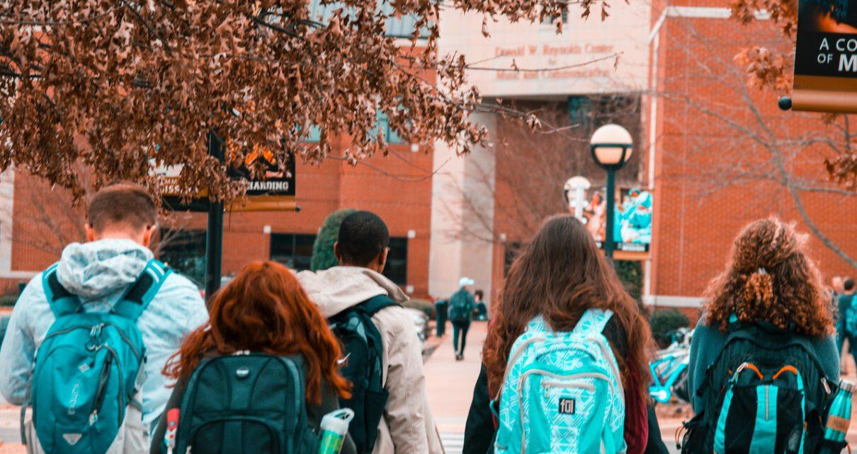 Licealiści chodzący na zajęcia aby dobrze zdać maturę