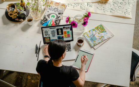 Młod akobieta na studiach artystycznych warszawa