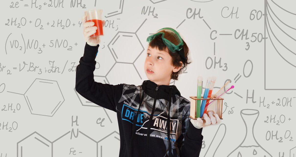 Chłopiec uczący się chemii.