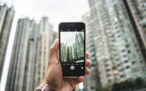 Robienie zdjęcia aparatem w smartfonie.