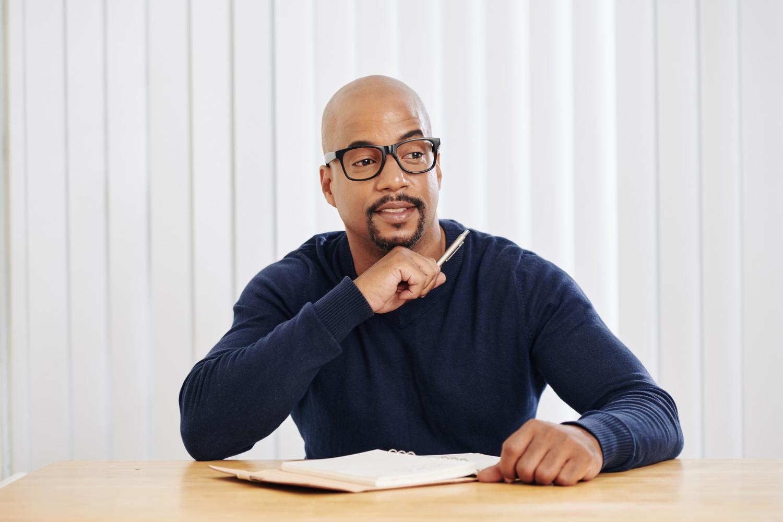 Mężczyzna, który wie referencje jak napisać