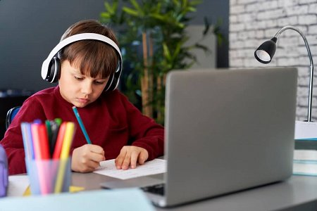 Chłopiec na kursie językowym online