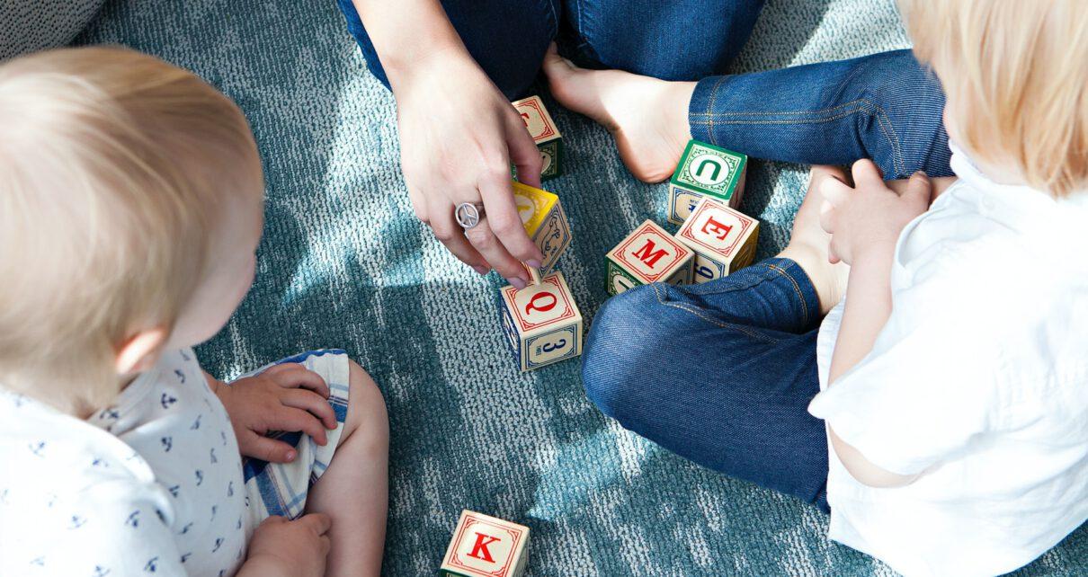 dzieci bawiące się z mama klockami