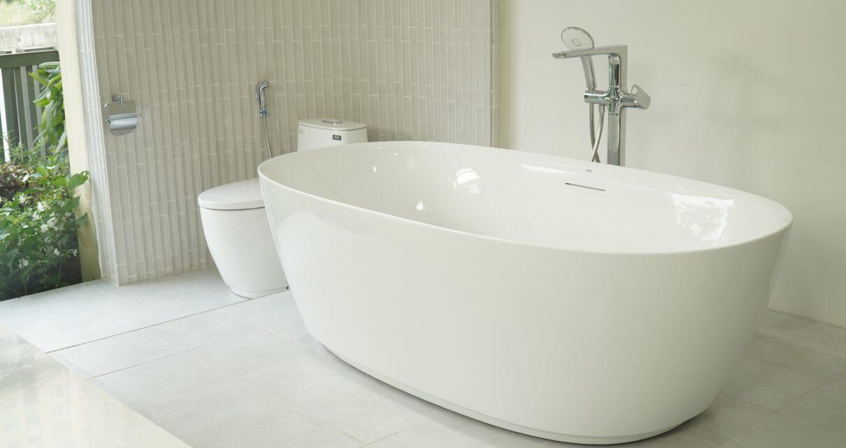 Wanna wolnostojąca w malej łazience
