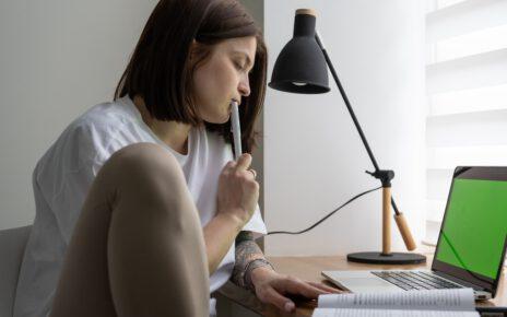 Kobieta uczy się niemieckiego online