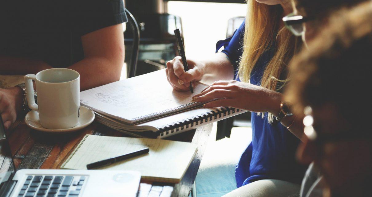 Grupa ludzi robiąca notatki