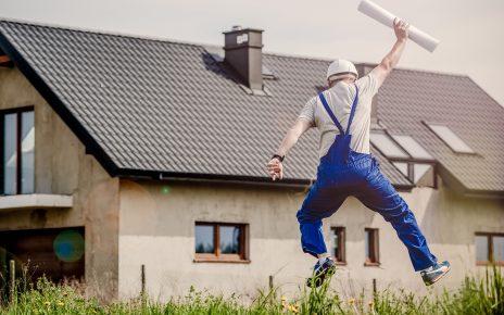 Ucieszony budowlaniec