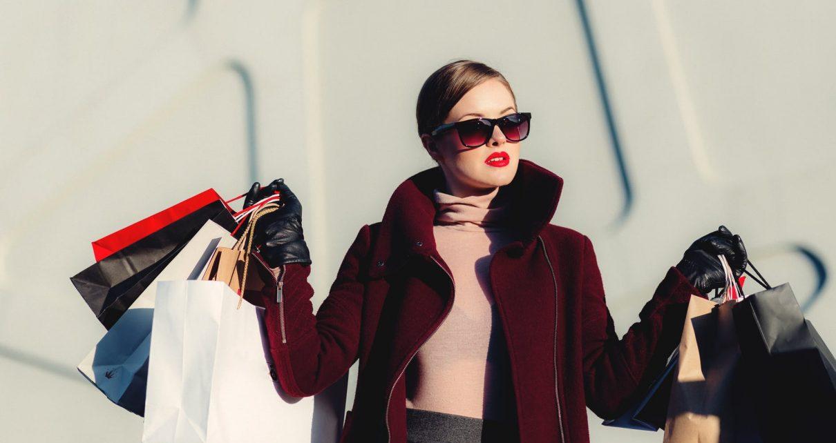 Kobieta z zakupami w centrum handlowym