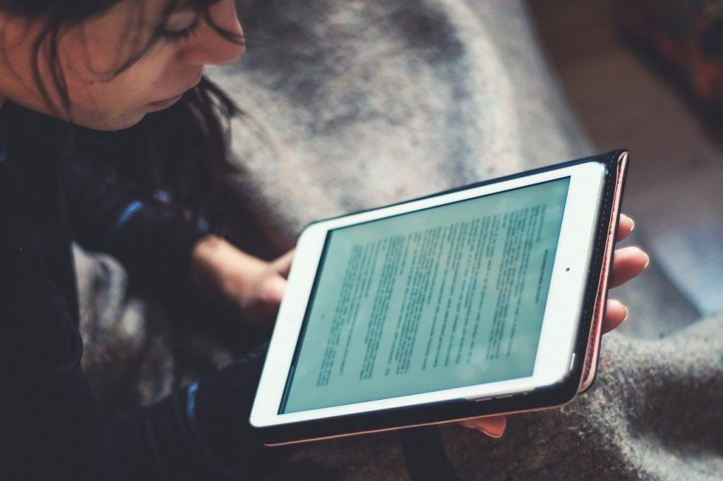 Dziewczyna czytająca książkę na Kindle
