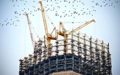 Budynek w budowie z żurawiami