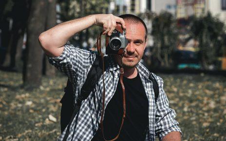 Mężczyzna z aparatem fotograficznym