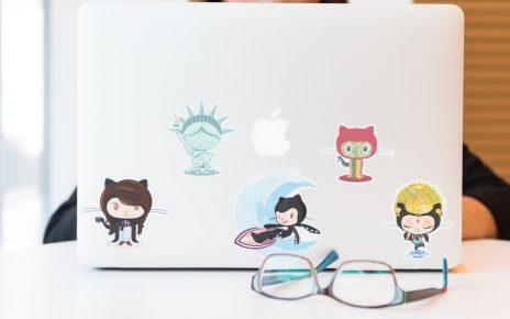 Nauka dziecka korzystającego z laptopa
