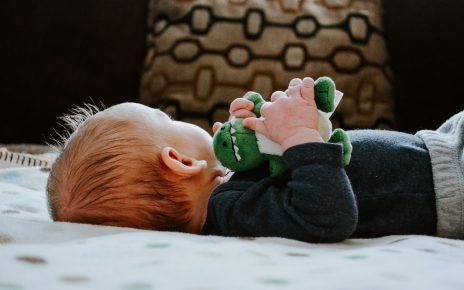 Dziecko z zabawką ułatwiającą zasypianie