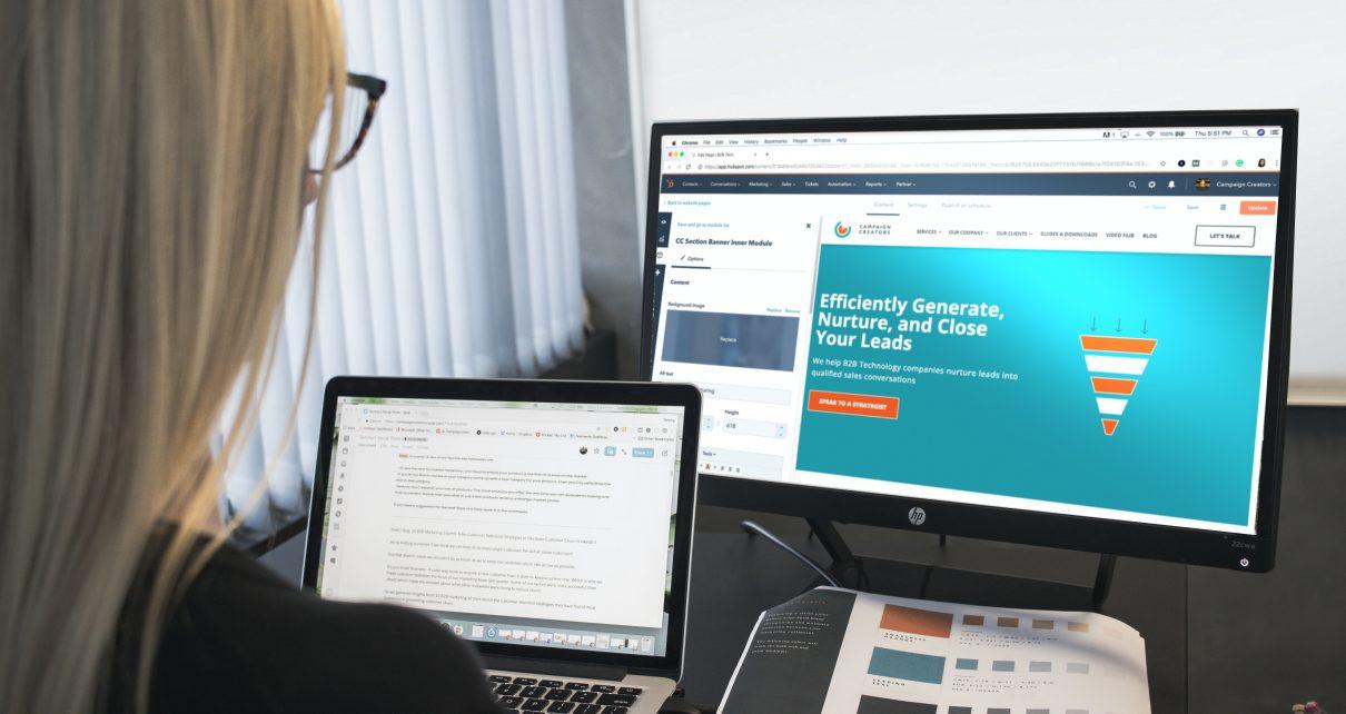 Kobieta szkoli się online