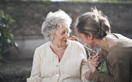 Starsza kobieta z opiekunką