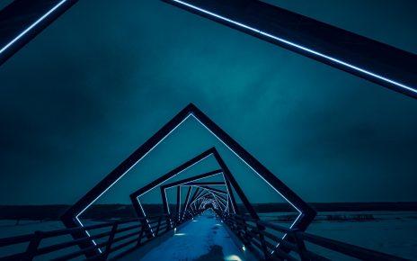 Nocne zimowe ujecie oświetlenia szyb krawędziowych