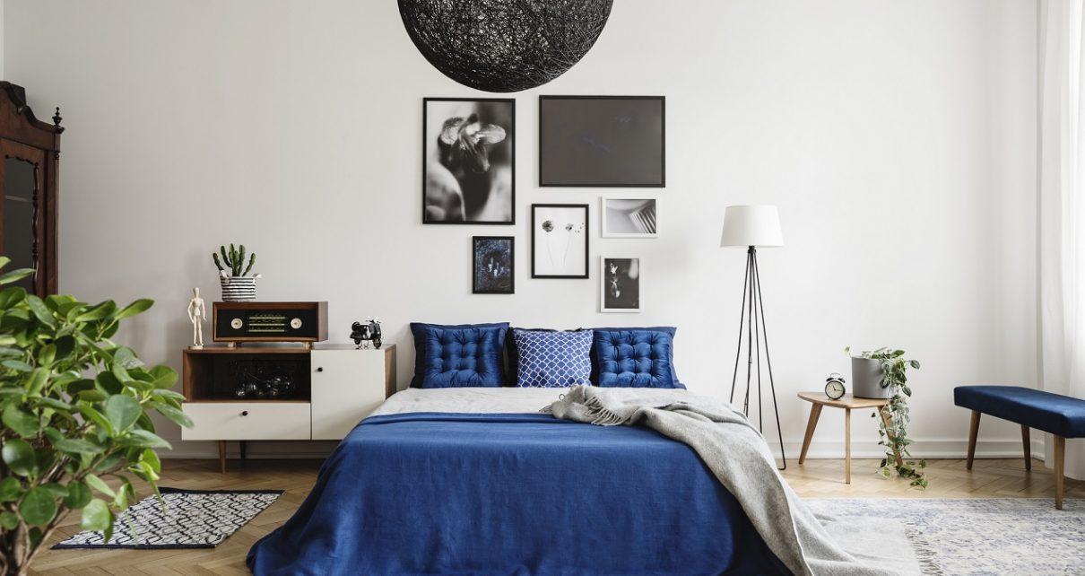 Ciekawie ozdobiona ścianka w sypialni