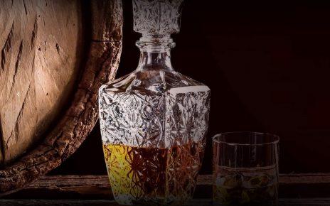 Whisky na stole w półciemnym pomieszczeniu