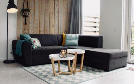 Szara kanapa narożna z kolorowymi poduszkami