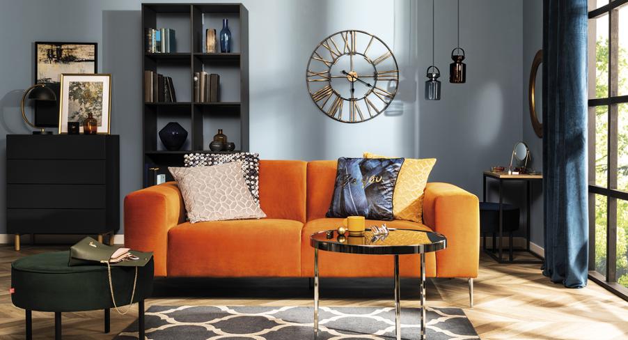 Jasny salon z pomarańczową kanapą
