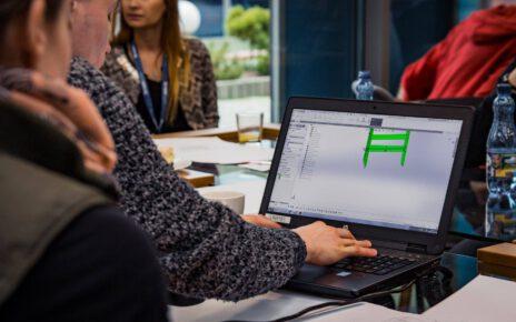mężczyzna tworzy projekt na komputerze