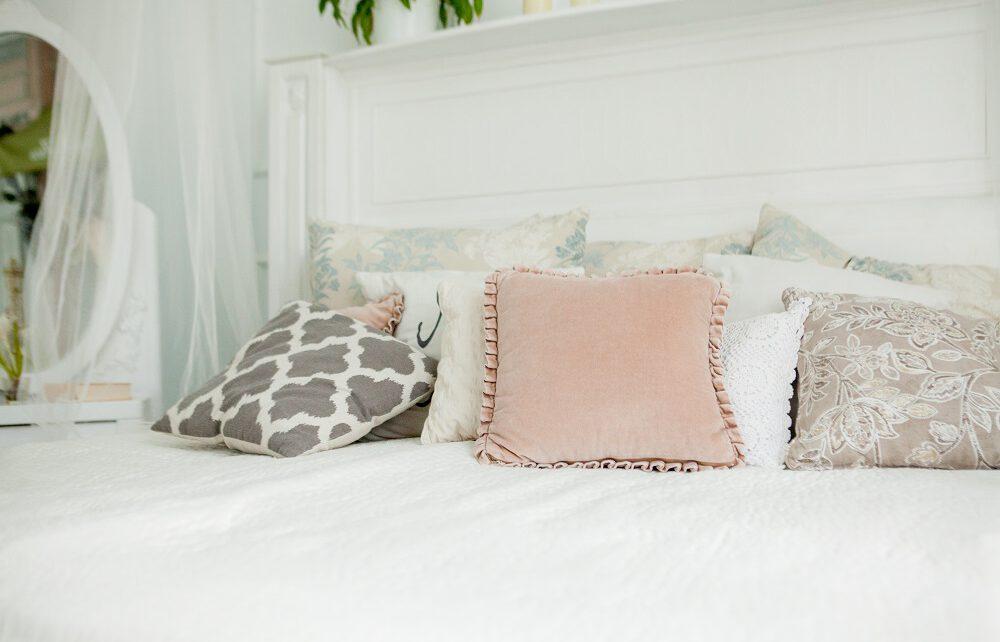 kolorowe poduszki na łóżku w sypialni