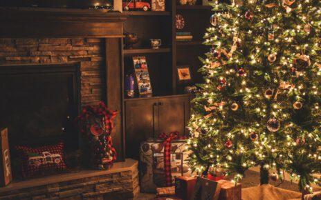 Ozdobiona bożonarodzeniowa choinka i jej historia.