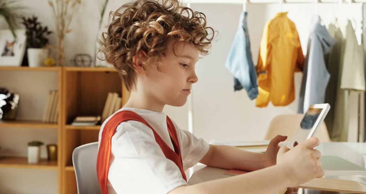 chłopiec grający w grę na tablecie