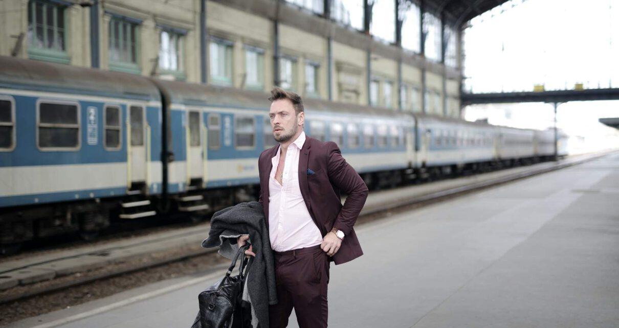 mężczyzna wyjeżdzający za granice