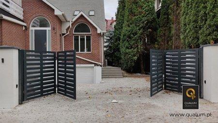 Brama harmonijkowa w trakcie otwierania