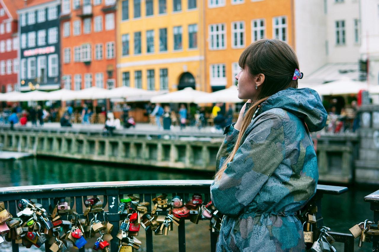 Młoda kobieta, która podjęła studia w Danii