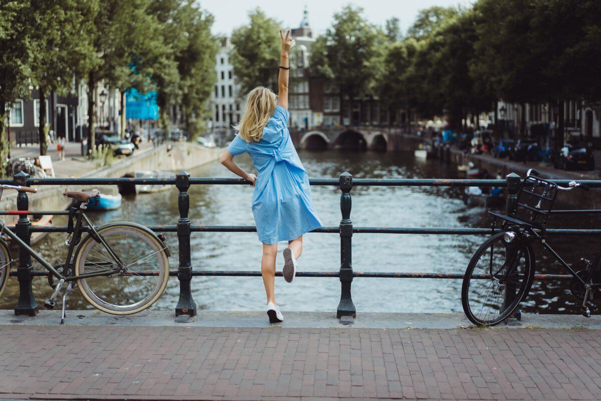 Młoda kobieta studiująca w Holandii