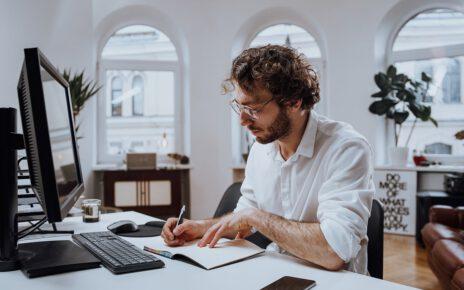 Mężczyzna w biurze rachunkowym